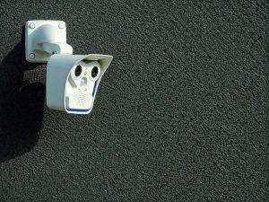 Read more about the article La vidéosurveillance est-elle essentielle pour protéger un local commercial ?
