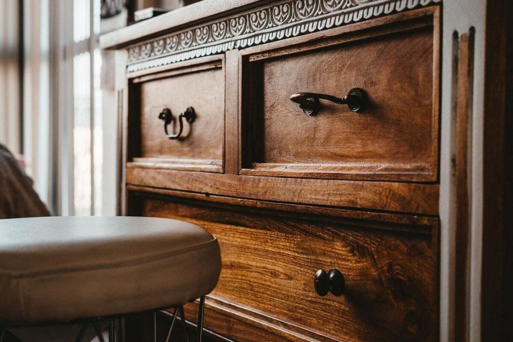Restaurer un meuble ancien : 3 techniques originales